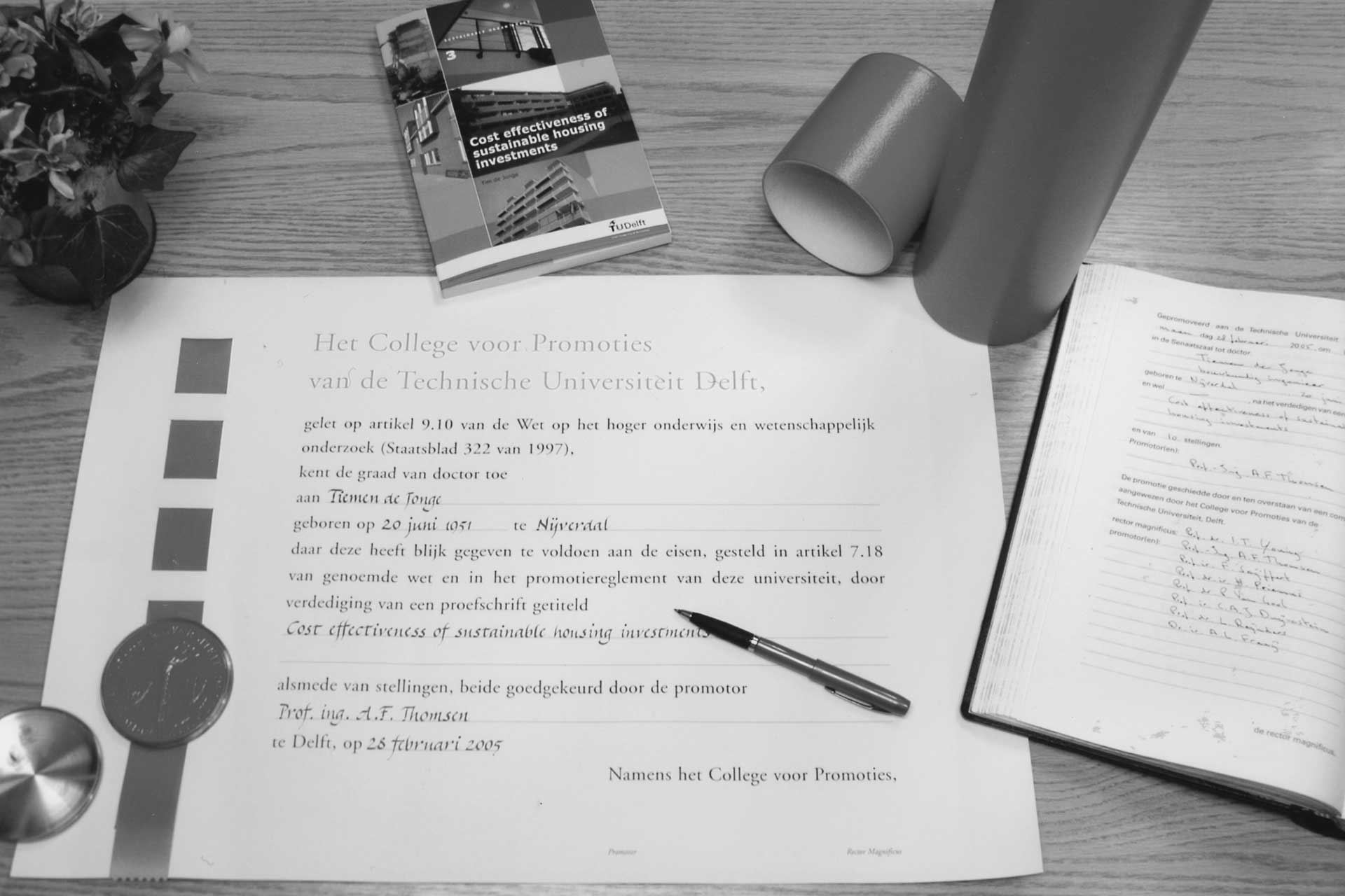 De doctoraatsbul van Tim de Jonge ligt klaar voor ondertekening.