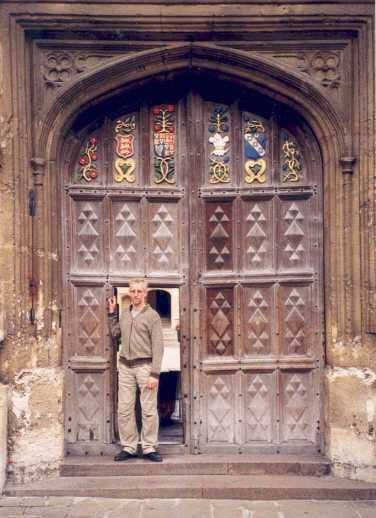 Tim de Jonge voor het winket van Oriel College te Oxford.